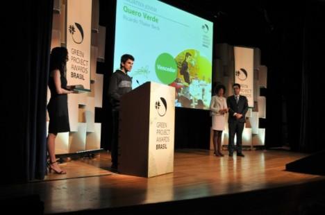 Jovem da periferia de SP ganha prêmio por projeto que reaproveita lixo de feiras