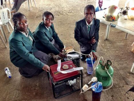 Adolescentes nigerianas criam gerador de energia movido a urina