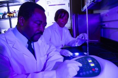 Chukuka Enwemeka e Violet Bumah usam luz azul para destruir bactérias resistentes a antibióticos.