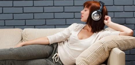 mulher-ouvindo-musica-no-sofa-1315941510920_615x300