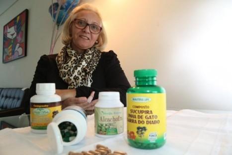 A aposentada Vera Lúcia Souza de Oliveira não fica sem cápsulas de unha-de-gato e garra do diabo, dupla infalível contra as dores nas articulações.
