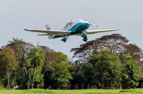 Decola primeiro avião elétrico tripulado brasileiro 1