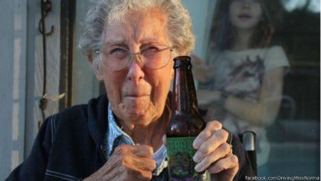 A mulher de 90 anos que recusou tratamento de câncer para rodar o mundo