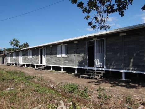 Arquiteto colombiano constrói casas com plástico e borracha reciclados 1